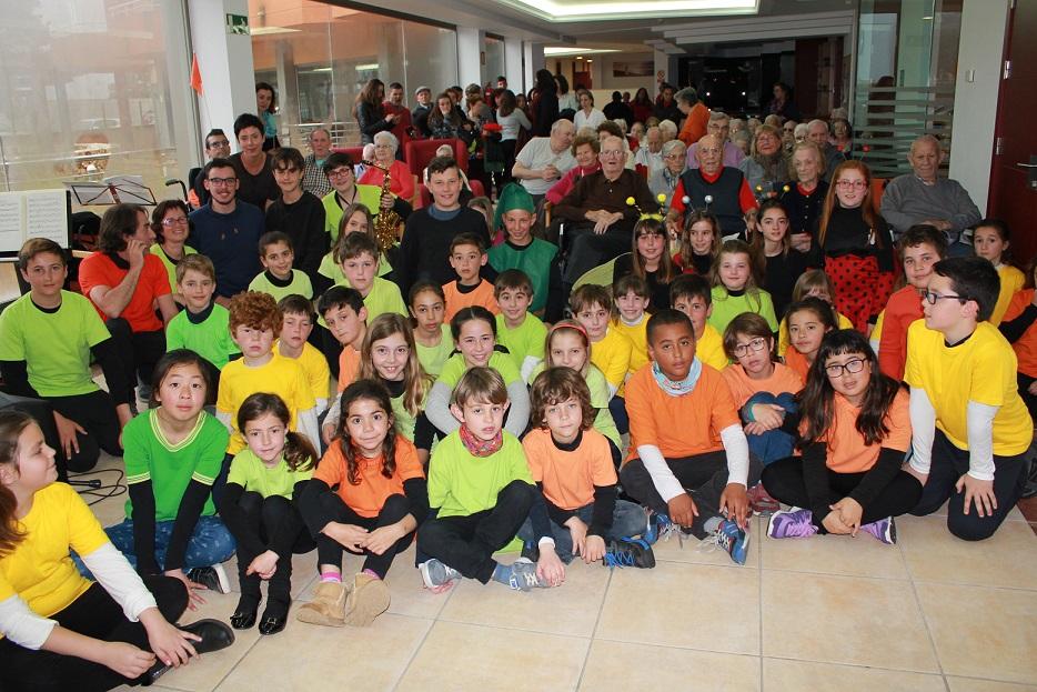 """Alumnos de la Escola de Música y del Colegio Mitjà de Mar de Porto Cristo representan """"El follet valent"""" para los mayores de la Residencia de Llevant"""